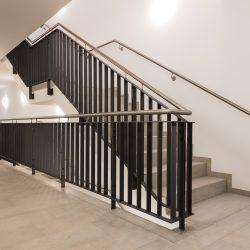 Treppengeländer, Tür, Briefkastenanlage und Schaukasten
